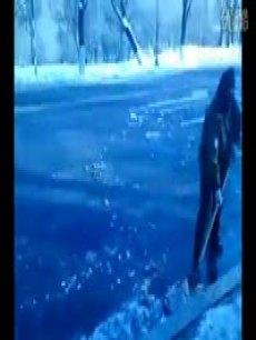火车遇大学封路父母扫雪30里送行图片